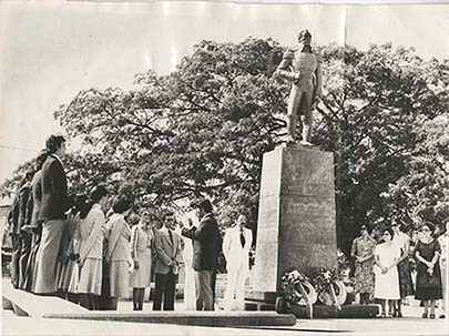 d_0005114_performing_simon_bolivar_statue.jpg