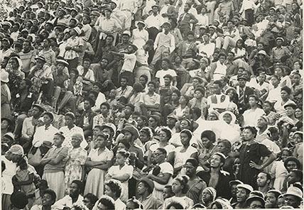d_0006402_crowd_hillside_interment_marley.JPG