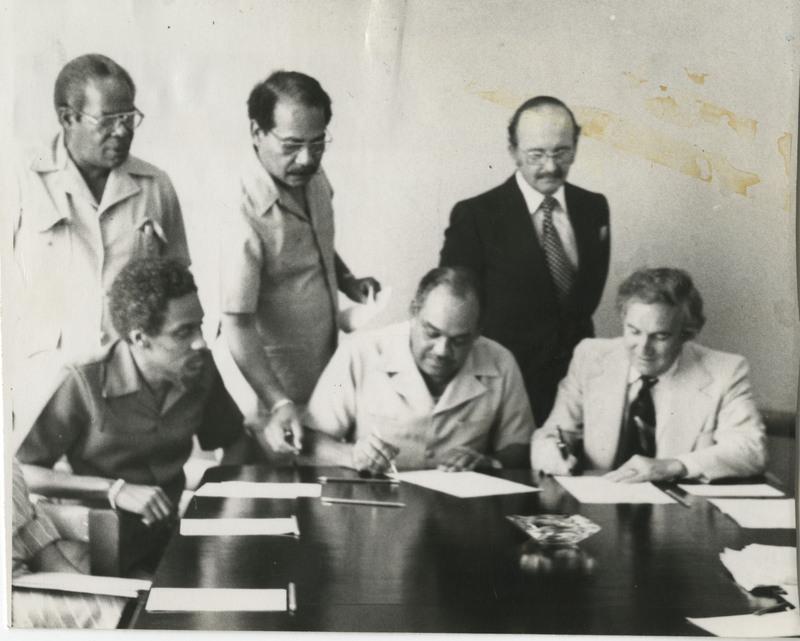 d_0004922_isaacs_signing_memorandum_agreement.jpg