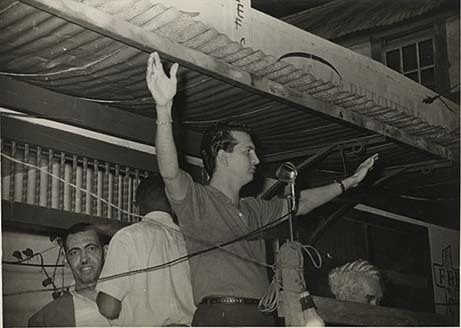 d_0006643_edward_seaga_arms_outstretched.jpg