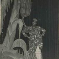 d_0005750_miss_lou_under_banana_tree.jpg