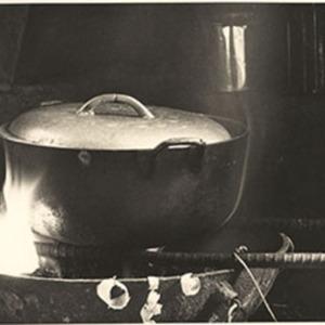 d_0007336_traditional_dutch_iron_cooking_pot.jpg